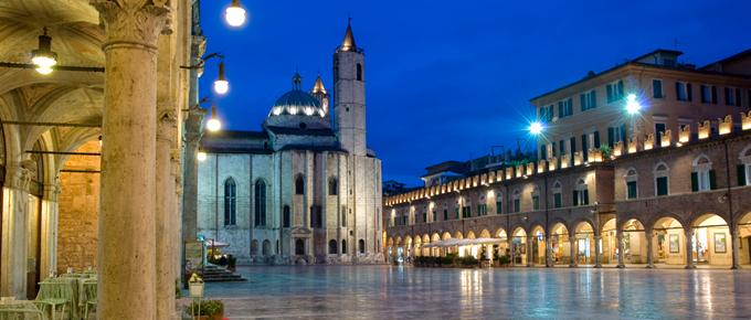 Die wunderschoene Piazza del Popolo in Ascoli Piceno